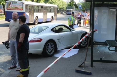 Girl-crashes-Porsche-Cayman-in-Riga-Latvia_001